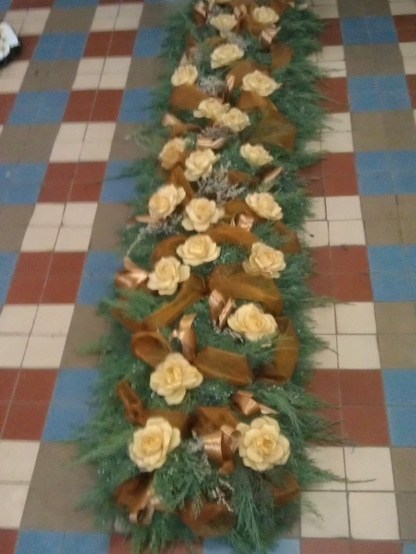 Ikebana na hrob zo živej čečiny.