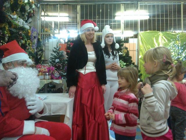 Mikuláš rozdáva darčeky detičkám