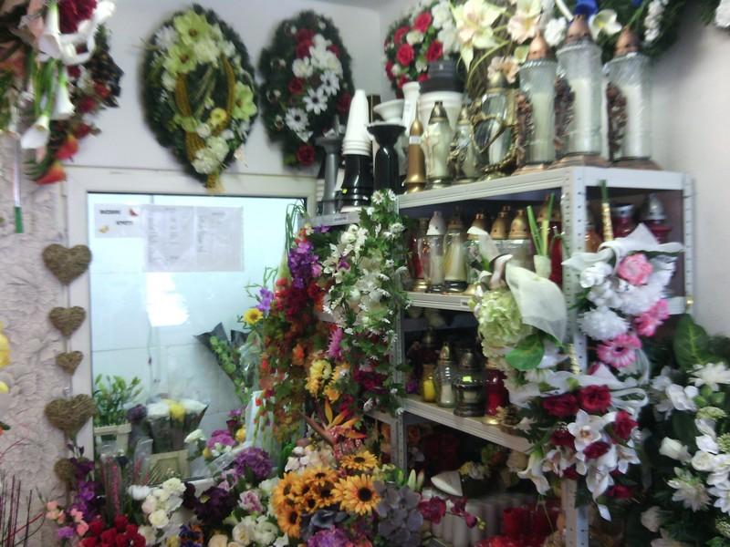 Pohľad na predajný smútočný sortiment a chladničku s rezanými kvetmi